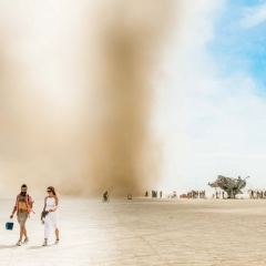 © Nicola Bailey, Walking in front of dust storm, 2017, da: www.adventure.com