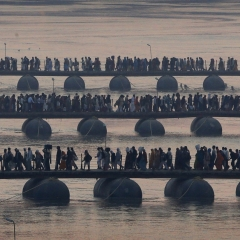 © AP, Hindu devotees walk across pontoon bridges at Sangam, 2013, da: www.scmp.com
