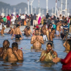 © Prashanth Vishwanathan, Hindu pilgrims take a plunge at the Sangam, 16/01/2019, da: www.bloomberg.com