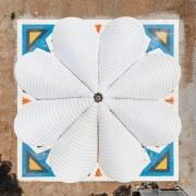 © Delfino Sisto Legnani/Marco Cappelletti, Maidan Tent, Ritsona/Grecia, Vista dall'alto, Fotografia, 2018, da: www.domusweb.it